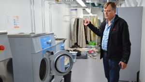 Åbo stadsteaters tekniske chef Juhani Koski visar Åbo stadsteaters nya tvättrum.