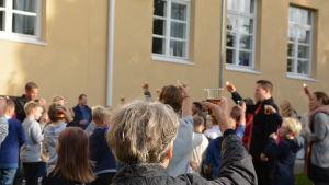 En skål i Pommac höjdes för Skräbböle skola.