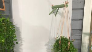 En ampel som hänger på väggen