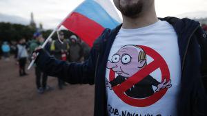 Oppositionsaktivist deltar i en demonstration i S:t Petersburg på president Vladimir Putins födelsedag den 7 oktober.