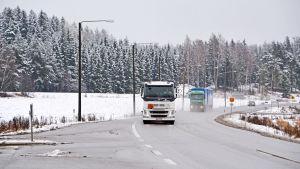 Lastbilar kör i vägkorsning
