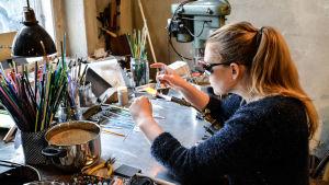 Alva Henriksson gör en pärla