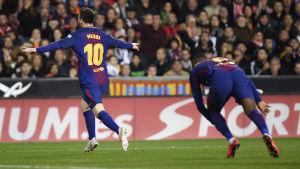 Lionel Messi firar ett mål som aldrig godkändes.