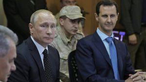 Rysslands president Vladimir Putin och Syriens president Bashar al-Assad i Syrien träffar syrisk militär på flygbasen Hmeimim i provinsen Latakia den 11 december 2017.
