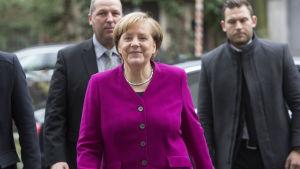 Angela Merkel anländer till socialdemokraternas högkvarter Willy-Brandt-Haus i Berlin för dagens regeringssonderingar.