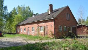 Gumnäs gamla ladugård. En byggnad i rödtegel.