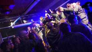 """Kaliffa uppträder på evenemanget """"X3M på Drakan"""". Beväringspubliken med i bild."""