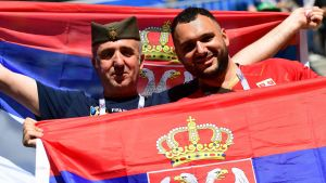 Glada serbiska fans efter att Serbien besegrade Costa Rica i VM-premiären.