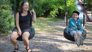 Alex Lindroos och hans mamma Mia Ahlblad.