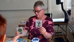 Speciallärare Maria Suuronen undervisar