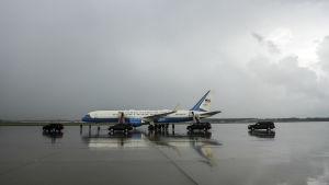 Amerikanska presidentens flygplan på grått fält