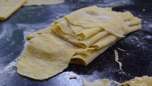 Lasagne plattor på ett bord