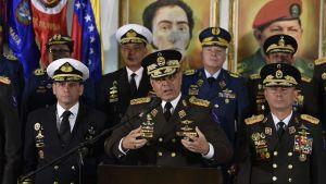 Försvarsminister Padrino (i mitten) och åtta generaler gav sina högtidliga lojalitetslöften i en tv-sändning.