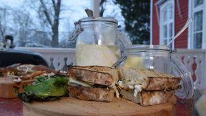 Annos Strömsön Club sandwich savustetulla ahvenellä ja grillatulla salaatilla.