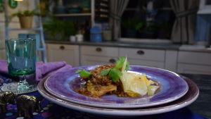 Annos ranskalaista papupataa valkokaalista ja lampaan jauhelihasta keittiössä