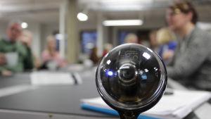 Videokamera som direktsänder en debatt