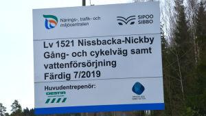 Skylt med information om vägbygge i Sibbo.
