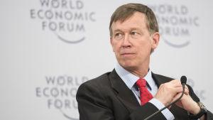 Hickenlooper fotograferad som talare på World Economic Forum.