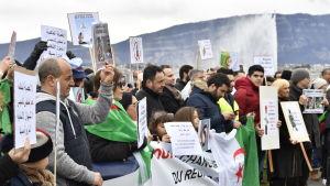 Massprotesterna mot Bouteflika började efter att han meddelade att han ställer upp för omval en femte gång