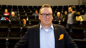 Osakesäästäjien keskusliiton toimitusjohtaja Tuomo Katajamäki esitelmoi osakesäästämisestä Metropolia ammattikorkeakoulussa Myyrmäessä.