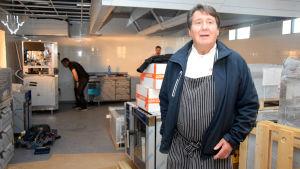 Köksmästare Hans Lundström i ett halvfärdigt kök.