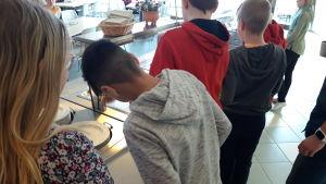 Elever tar mat i skola i Pedersöre.