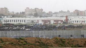 Över 30 000 palestinier i Gaza har samlats vid gränsen för att protestera mot Israel