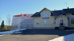 Forsby skola och bakom den den nya skolan under byggnadsställningar