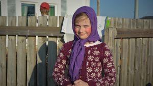 En flicka utklädd till påskhäxa.
