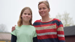 Ada Westerberg och Pia Westerberg står bredvid varandra och tittar in i kameran.
