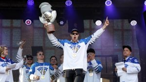 Marko Anttila firar Finlands VM-guld på scenen.