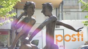 En staty med en kvinna och en man av Erkki Kannosto i Vasa centrum.