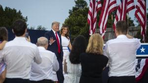 Donald Trump och Melania Trump anländer till självständighetsfesten.