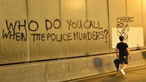 Graffiti på en vägg i Hongkong.