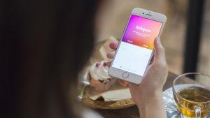 Person använder Instagram på mobilen