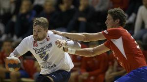 Kristian Jansson och Max Granlund i närkamp.