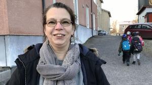 Ruutanan koulun kasvatusohjaaja Minna Lahti koulun edessä.