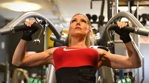 Linda Sonntag tränar axlarna vid en apparat i gymmet