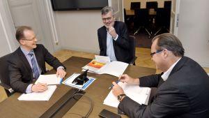 Män vid ett förhandlingsbord