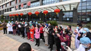 Patienter som har tillfrisknat i ett sjukhus i Wuhan, tackar sina läkare och sjukskötare för vården.
