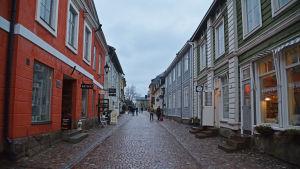 En regnig gata i Borgå gamla stad.