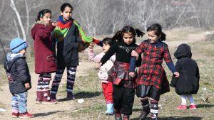 Syriska flyktingbarn i ingenmanslandet vid gränsen mellan Grekland och Turkiet.