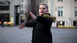 Mikael Hagelstam dansar i Tallinn centrum.