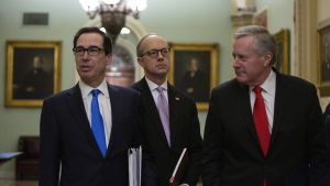 Förhandlingarna var långa och svåra, men finansminister Steven Mnuchin (till vänster) fick till slut rätt att dela ut 500 miljarder dollar i stöd åt större företag.