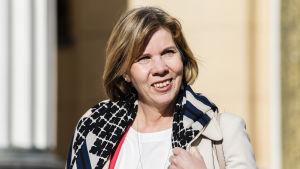 Kuvassa on Anna-Maja Henriksson.