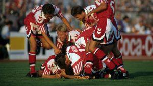 Danmarks spelare i en stor hög efter 1-0-målet i EM-finalen 1992.