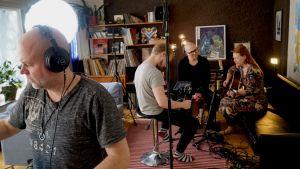 Filmteam hemma hos musikern Charlotta Kerbs.