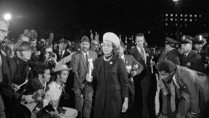 Medborgarrättsaktivisten Coretta Scott King bär ett ljus i en stordemonstration mot Vietnamkriget den 15 oktober 1969 i Washington DC.