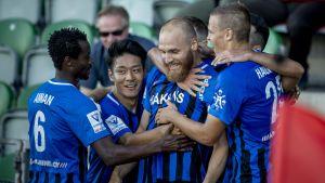 FC Inter-spelarna jublar efter Timo Furuholms mål.