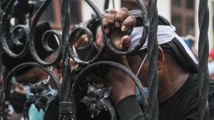 Anghängare till Najib hade samlats utanför domstolen och många av dem var olyckliga över att Najib fälldes på alla de nu aktuella punkerna och hotas av ett långt fängelsestraff.